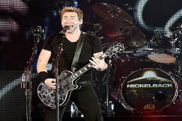 Một thành viên của ban nhạc rock Nickelback biểu diễn ở Texas (Mỹ) năm 2015