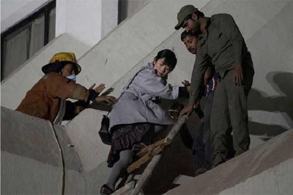 Một khách nước ngoài được sơ tán khỏi khách sạn