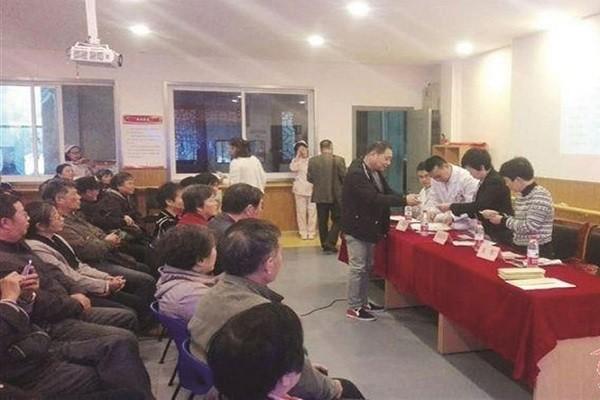 Con cái đăng ký thăm cha mẹ tại nhà dưỡng lão