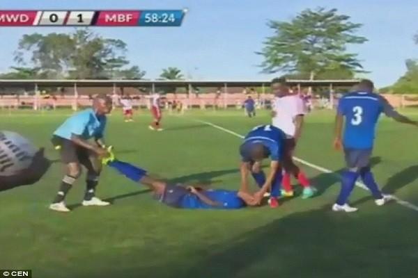 Trọng tài cho dừng trận đấu sau khi Khalfan bất tỉnh trên sân
