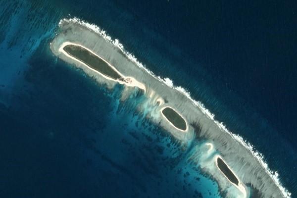Ảnh vệ tinh chụp ngày 14-11-2016 cho thấy cầu cát (phía trên) của đảo Bắc (quần đảo Hoàng Sa), bị bão quét sạch. Ảnh:
