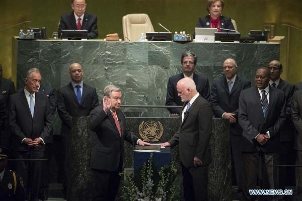 Ông Guterres (trái) tuyên thệ nhậm chức hôm 12-12