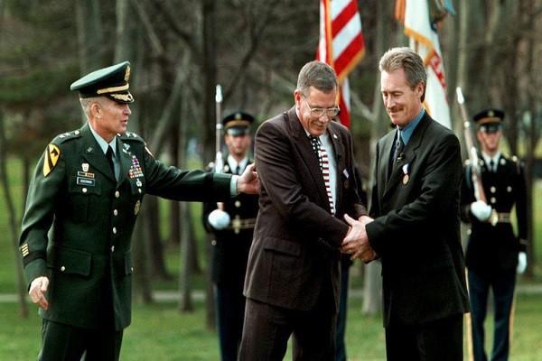 Ông Thompson (giữa) và Colburn (phải) nhận Huân chương Người lính tại Washington năm 1998