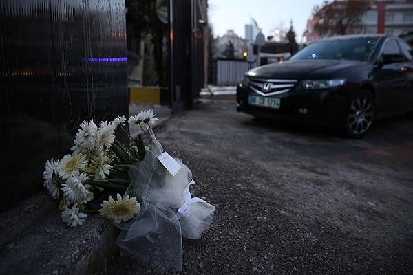 Cổng Đại sứ quán Nga tại Ankara ngày 20-12