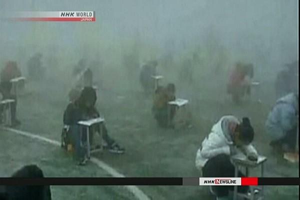 Hơn 400 học sinh phải làm bài thi trong sương mù