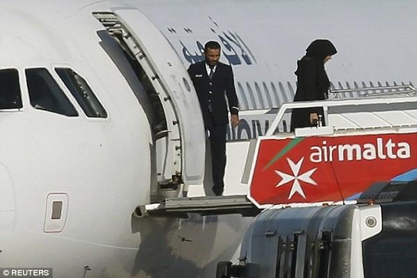 Một nữ hành khách rời khỏi chiếc máy bay bị không tặc