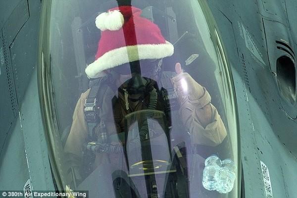 Phi công Mỹ đội mũ ông già Noel tham gia không kích diệt IS