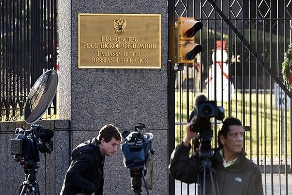 Bên ngoài Đại sứ quán Nga tại Washington
