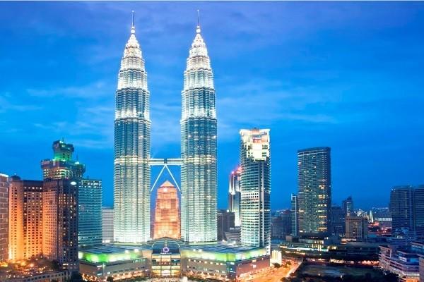 Tòa tháp đôi Petronas nổi tiếng ở Kuala Lumpur (Malaysia)