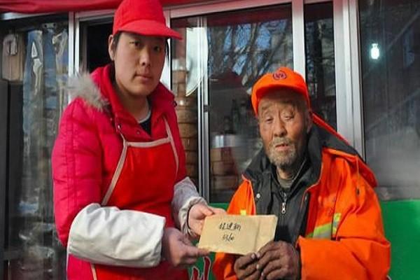 Ông Cheng được người lạ giúp đỡ, tặng tiền