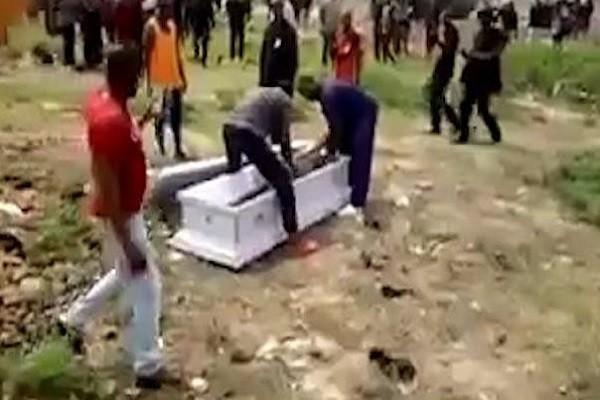 Hình ảnh cướp xác trong quan tài ở Ghana