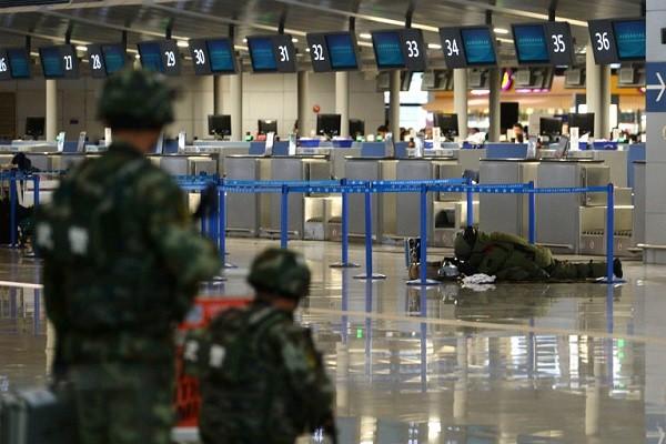 Chuyên gia kiểm tra một gói đồ khả nghi sau vụ nổ tại sân bay quốc tế Pudong