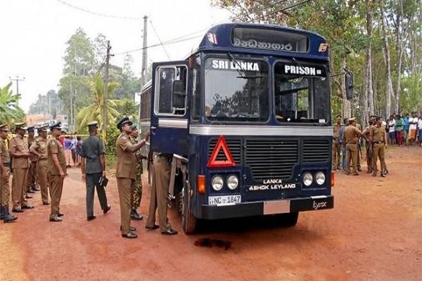 Chiếc xe buýt chở tù nhân bị các tay súng tấn công