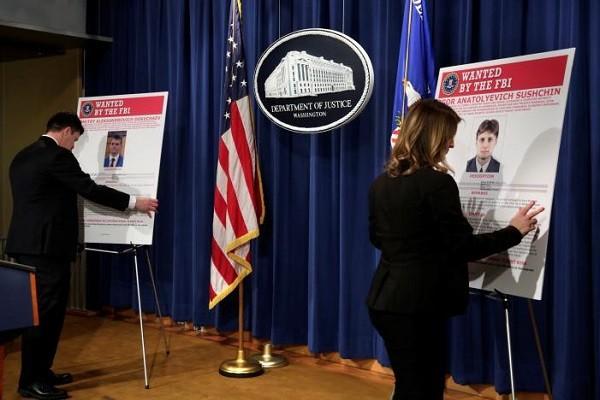 Nhân viên Bộ Tư pháp Mỹ đặt ảnh các nghi phạm bị truy tố