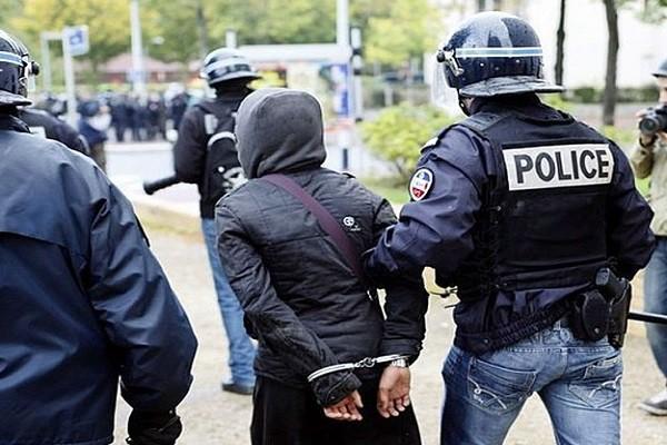 Cảnh sát dẫn giải một nghi phạm. Ảnh minh họa