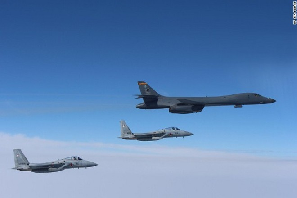 Máy bay ném bom B-1B Lancer của Mỹ bay cùng hai chiếc F-15 của Nhật Bản
