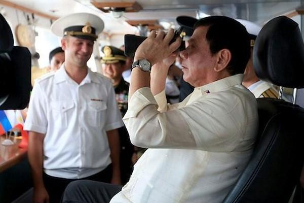 Tổng thống Philippines Rodrigo Duterte khi lên thăm tàu hải quân Nga