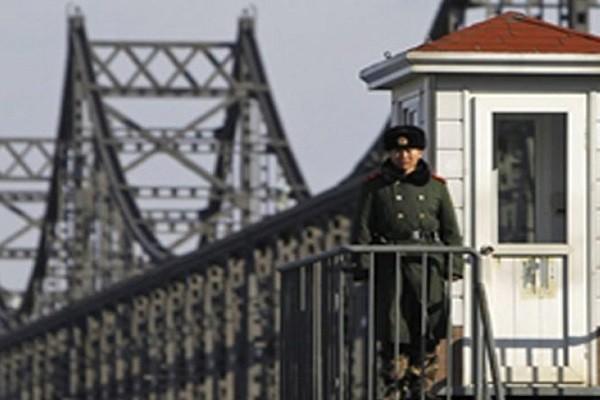 Lính Triều Tiên gác tại cửa khẩu trên cây cầu Hữu Nghị bắc qua sông Áp Lục nối với