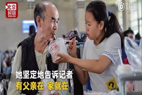 Chen tận tình chăm sóc cha già trong ký túc xá