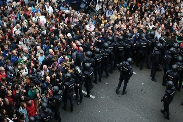 Cảnh sát Tây Ban Nha ngăn cử tri vào điểm bỏ phiếu ở Catalonia