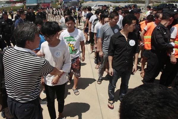 Các nghi phạm Trung Quốc bị Campuchia trục xuất ngày 12-10