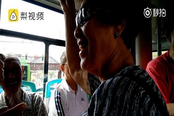 Bà lão vui vẻ nhường ghế xe buýt cho ông cụ 90 tuổi