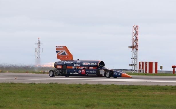 Xe siêu thanh Bloodhound trên đường băng sân bay Newquay