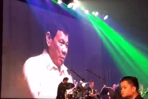 Tổng thống Philippines Rodrigo Duterte hát trên sân khấu