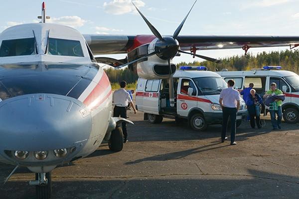 Bé gái được đưa ra khỏi máy bay và chuyển tới bệnh viện trong tình trạng nguy kịch