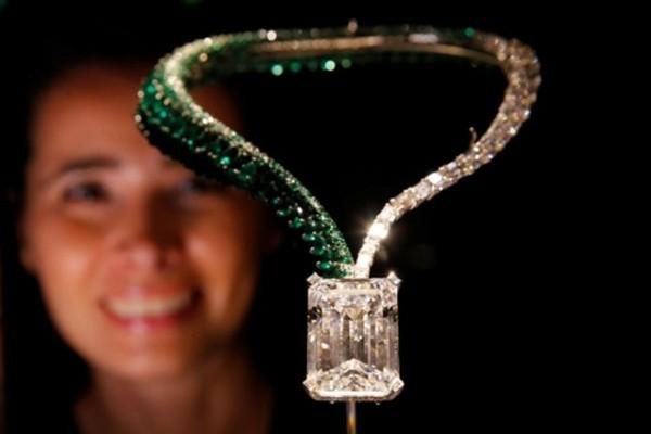 Viên kim cương toàn mỹ được đính với chiếc vòng cổ ngọc lục bảo, có tên The Art of Grisogono