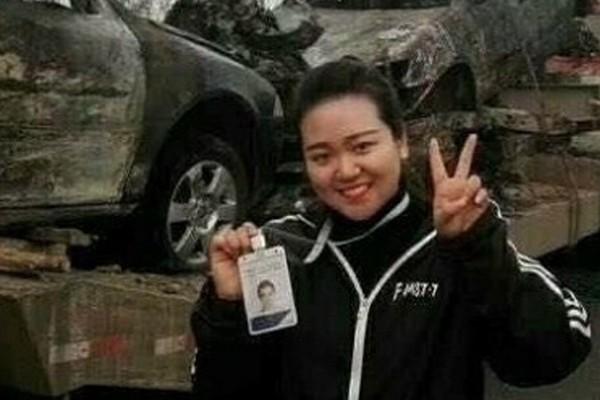 Ling tươi cười ngay trước những chiếc xe bị cháy đen