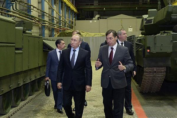 Ông Putin (bên trái) thăm một doanh nghiệp quốc phòng