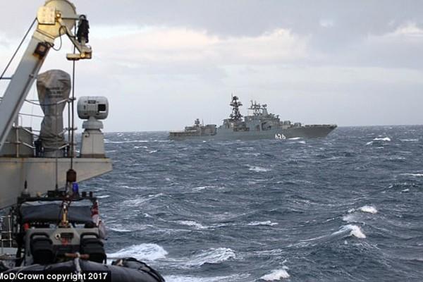 Hải quân Hoàng gia hộ tống tàu Nga ra khỏi vùng biển nước Anh