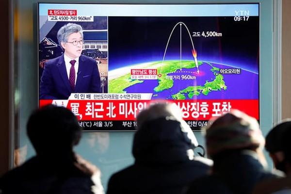 Người dân Hàn Quốc chăm chú theo dõi thông tin về vụ phóng tên lửa của Triều Tiên