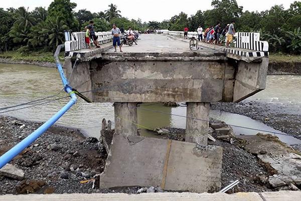 Một cây cầu bị thiệt hại do bão Tembin
