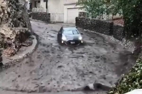Chiếc xe ô tô bị lũ bùn cuốn trôi