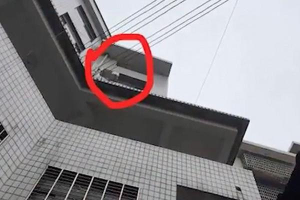 Đứa trẻ bị ném từ cửa sổ ở độ cao khoảng 15m