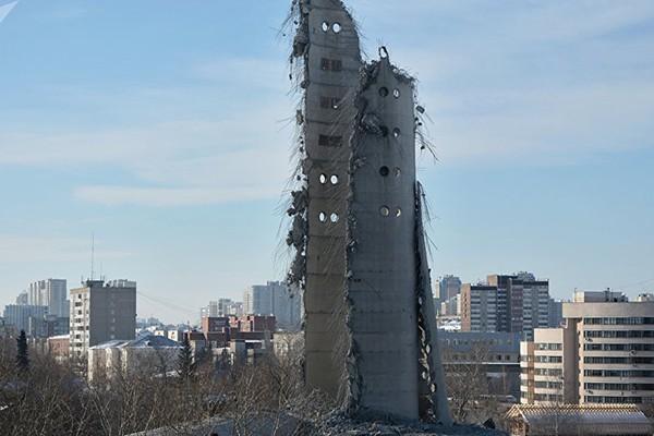 Tháp truyền hình bắt đầu được xây dựng dở dang từ năm 1983