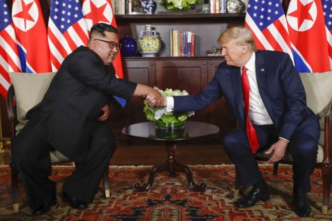 Hai nhà lãnh đạo Triều Tiên và Mỹ bắt tay trong phòng họp