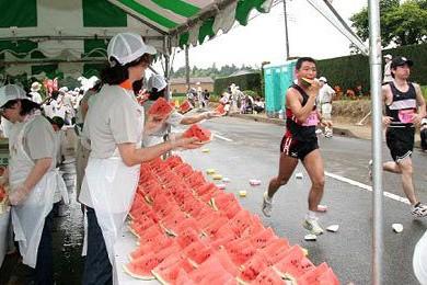 Người chạy có thể ăn dưa hấu tại các điểm tiếp nước để lấy lại sức