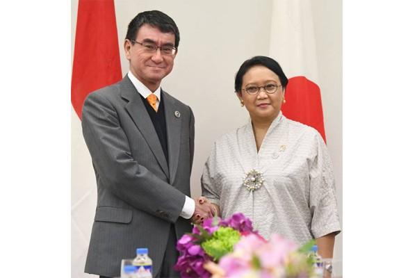 Ngoại trưởng Nhật Bản Taro Kono và người đồng cấp Indonesia Retno Marsudi