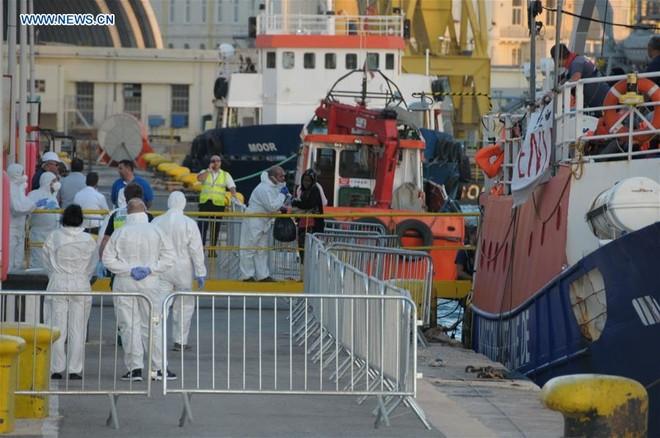 Tàu cứu hộ MV Lifeline chở 234 người di cư cập cảng Malta