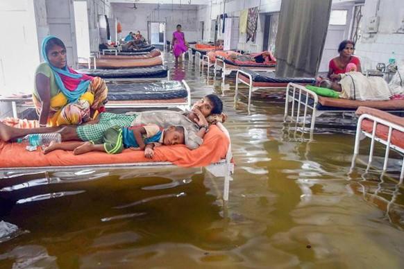 Mưa lớn gây ngập một bệnh viện ở Ấn Độ