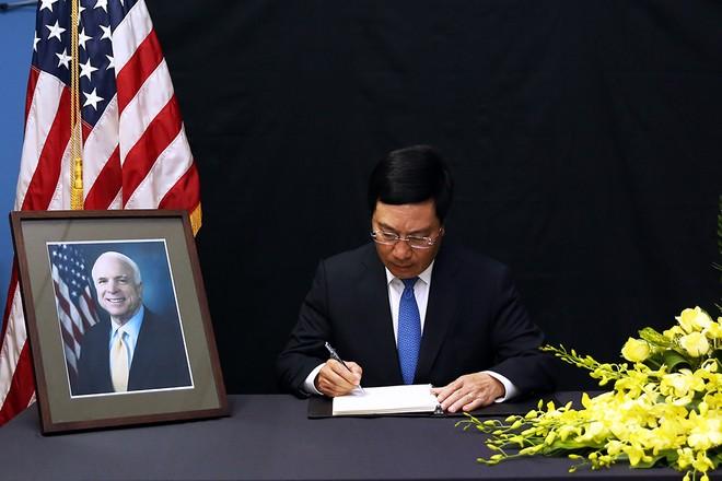 Phó Thủ tướng, Bộ trưởng Bộ Ngoại giao Phạm Bình Minh ghi sổ tang chia buồn tại Đại sứ quán Mỹ (Hà Nội)