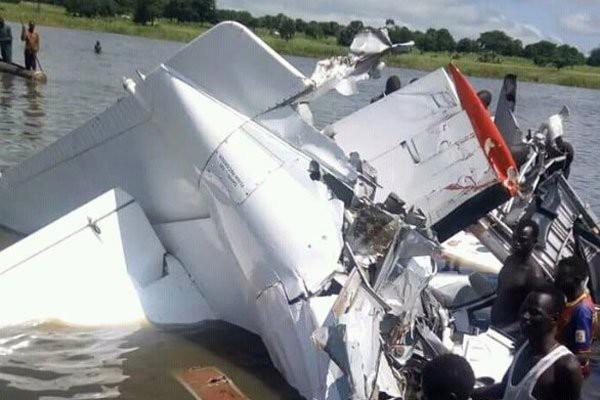 Hiện trường vụ máy bay rơi xuống hồ nước
