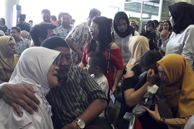 Người thân của các hành khách đau buồn ngóng chờ thông tin tại sân bay Depati Amir ở Pangkal Pinang, Indonesia