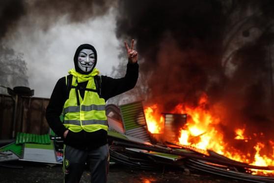 Cảnh đốt phá trên các đường phố trong cuộc biểu tình biến thành bạo loạn ở Pháp