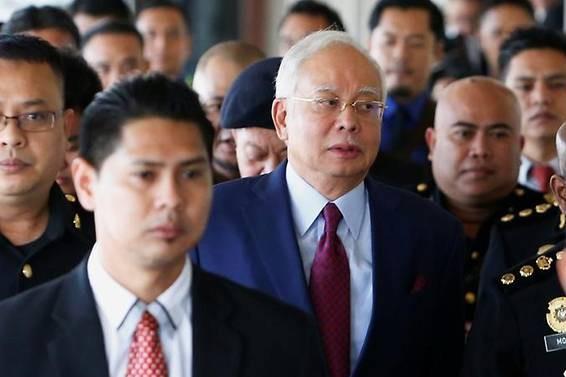 Ông Najib (ảnh giữa) bị bắt giữ vào khoảng 11h ngày 10-12