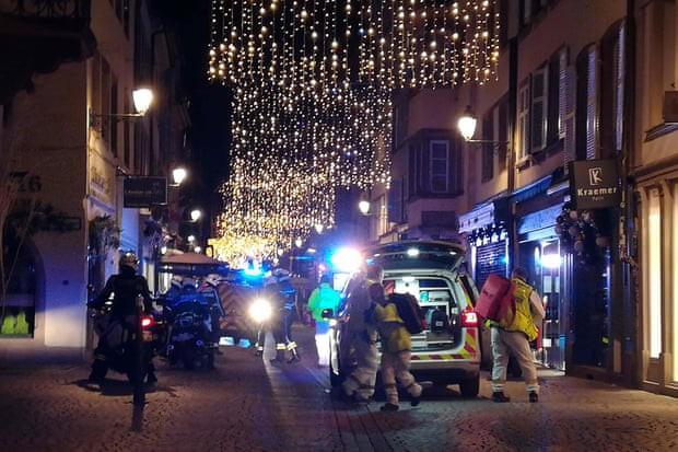 Các nhân viên cứu hộ tại hiện trường vụ nổ súng