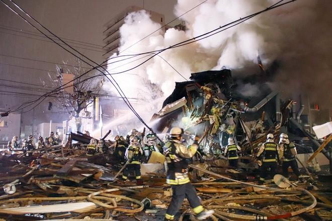 Các nhân viên cứu hỏa nỗ lực dập tắt ngọn lửa